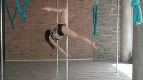 De jonge meisje dans van de opleidingspool 4K stock videobeelden