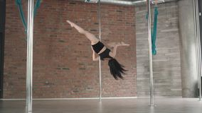De jonge meisje dans van de opleidingspool 4K stock video