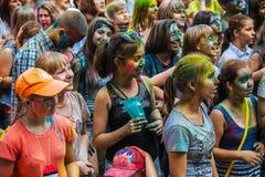 De jonge meisjes en de jongens nemen aan Holi-kleurenfestival deel Royalty-vrije Stock Foto's