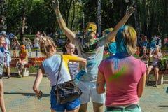 De jonge meisjes en de jongens nemen aan Holi-kleurenfestival deel Stock Fotografie