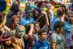 De jonge meisjes en de jongens nemen aan Holi-kleurenfestival deel Stock Foto