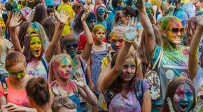 De jonge meisjes en de jongens nemen aan Holi-kleurenfestival deel Stock Afbeeldingen