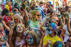 De jonge meisjes en de jongens nemen aan Holi-kleurenfestival deel Royalty-vrije Stock Fotografie