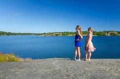 De jonge meisjes genieten van de de zomer overzeese kustmening Royalty-vrije Stock Foto
