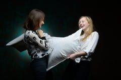 De jonge meisjes hebben pret in studio Stock Afbeelding