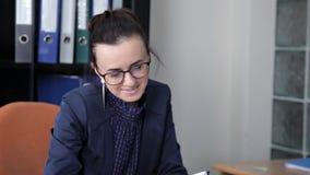 De jonge meisjes in het bureau bespreken bedrijfsontwikkeling stock videobeelden