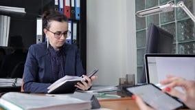 De jonge meisjes in het bureau bespreken bedrijfsontwikkeling stock footage