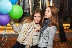 De jonge meisjes in de herfst parkeren Royalty-vrije Stock Afbeeldingen