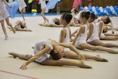 De jonge meisjes nemen aan de gymnastiekconcurrentie deel Royalty-vrije Stock Fotografie
