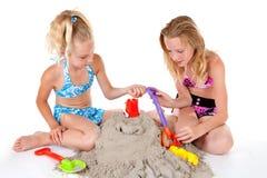 De jonge meisjes in strand dragen Stock Foto