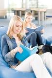 De jonge meisjes van de middelbare schoolstudent gelezen boeken Stock Foto's