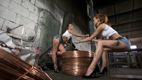 De jonge meisjes werken met draad met hoog voltage stock video