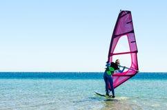 De jonge meisjes windsurfer beginner leert om in het overzees in van Zuid- Egypte Dahab Sinai te berijden royalty-vrije stock afbeelding