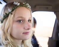 De jonge meisjes zien het dragen van bloemhoofdband onder ogen Stock Afbeelding