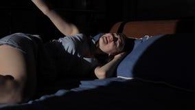 De jonge meisjesslaap op het bed en het glimlachen ontwaken stock footage