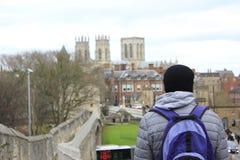 De jonge mens bekijkt mening van de stadscentrum van York Stock Afbeelding