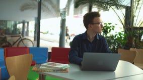 De jonge mens bestudeert in de bibliotheek stock footage