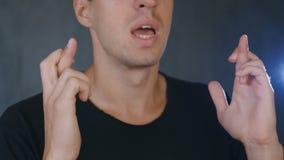 De jonge mens bidt aan god De kerel in gebed vraagt om hulp van god stock videobeelden