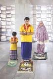 De jonge mens bidt met zijn zoon en vrouw in moskee royalty-vrije stock foto