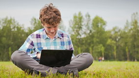 De jonge Mens communiceert op het Netwerk stock footage