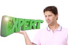 De jonge mens die schrijft ` DESKUNDIGE ` in groene 3D brieven houden Stock Fotografie