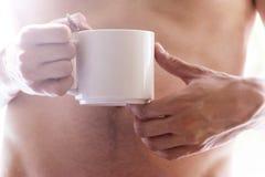 De jonge mens drinkt koffieochtend, de zomer, de herfst Het concept comfort, warmte, haard stock afbeelding