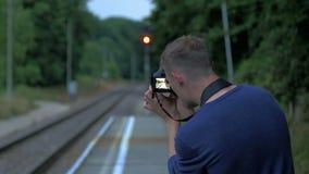 De jonge mens, fotograaf, maakt beelden stock footage