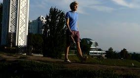 De jonge mens gaat met een bundel van medailles in Kiev in slo-mo stock video