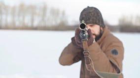 De jonge mens is geconcentreerd bij het schieten stock video
