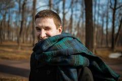 De jonge mens geniet van de zon en glimlacht in een ijzige de winterochtend Royalty-vrije Stock Foto