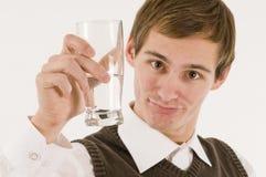 De jonge mens heft degenenglas op Stock Fotografie