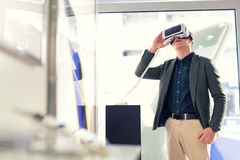 De jonge mens houdt 3D glazen in de opslag Royalty-vrije Stock Afbeeldingen