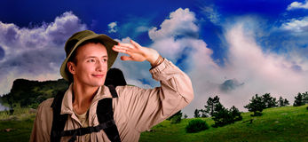 De jonge mens kleedde zich in een toerist Stock Afbeelding