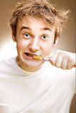 De jonge mens maakt tanden schoon Stock Foto