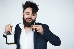 De jonge mens met baard is gedronken stock foto