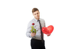 De jonge mens met een rood nam en hartballon toe Stock Foto's