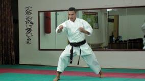 De jonge mens met gespierd lichaam, opleidingsvechtsporten goju-Ryu karate- stock footage