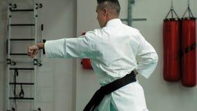 De jonge mens met gespierd lichaam, opleidingsvechtsporten goju-Ryu karate- stock videobeelden