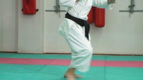 De jonge mens met gespierd lichaam, opleidingsvechtsporten goju-Ryu karate- stock video