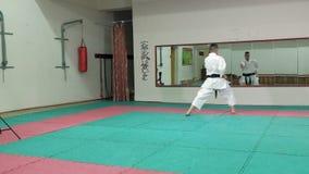 De jonge mens met gespierd lichaam, opleidingsvechtsporten goju-Ryu karate-doet super langzame motie stock videobeelden