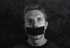 De jonge mens met mond en verzegeld die lippen met plakband in censuur worden de behandeld dwongen vrijheid van toespraak en dwon stock afbeelding