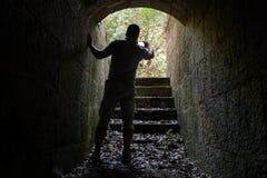 De jonge mens neemt foto op zijn mobiele telefoon Stock Afbeeldingen