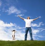 De jonge mens ontspant en hond Stock Afbeeldingen
