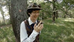 De jonge mens in ouderwetse kleren rookt sigaret stock videobeelden