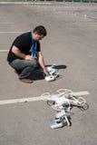 De jonge mens past helikoptervliegtuigen aan royalty-vrije stock fotografie