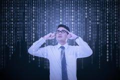 De jonge mens probeert om binaire code op te lossen Stock Foto