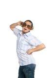De jonge mens in reusachtige glazen speelt de dwaas Stock Foto