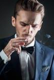 De jonge mens rookt een sigaret Stock Foto's