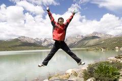 De jonge mens springt hoog stock foto's
