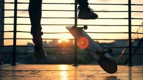 De jonge mens springt op een skateboard en ontbreekt Langzame Motie stock footage